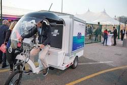 Victorien Erussard à vélo dans le village Energy Observer à Boulogne en 2017