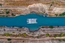 Photo de drone prise de haut du bateau traversant le Canal de Corinthe