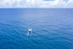 Une photo drone d'Energy Observer au milieu de l'Océan