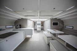 L'intérieur de la nacelle centrale avec la cuisine à gauche, le monitoring au milieu et l'espace de travail à droite