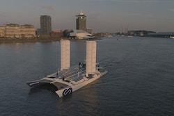 Energy Observer navigue avec ses deux nouvelles ailes de propulsion à Amsterdam