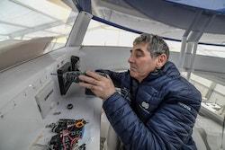 Roland en train de travailler sur le bateau
