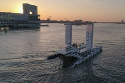 Energy Observer navigue le long d'Amsterdam