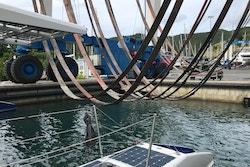 Manoeuvres pour sortir Energy Observer de l'eau