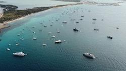 Des bateaux proches des côtes