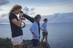 Les membres de l'équipage visitent l'île