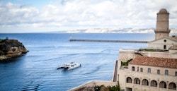 Energy Observer navigue le long de la ville de Marseille