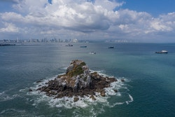 Drone au-dessus de l'océan devant Panama City