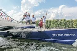 Nicolas Hulot explose la bouteille de champagne sur le bateau avec Anne Hidalgo, Florence Lambert, Victorien et Jérôme à côté