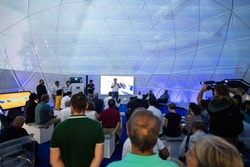 Jérôme Delafosse presents the project in front of a dome full of people