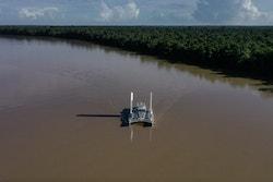 Energy Observer navigue sur le fleuve Maroni