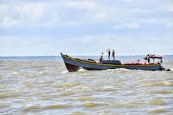 Pêcheurs à l'embouchure du fleuve Maroni