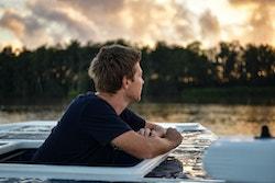 Un membre d'équipage avec un coucher de soleil