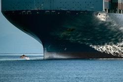 Photo d'un bateau de fret sur l'océan
